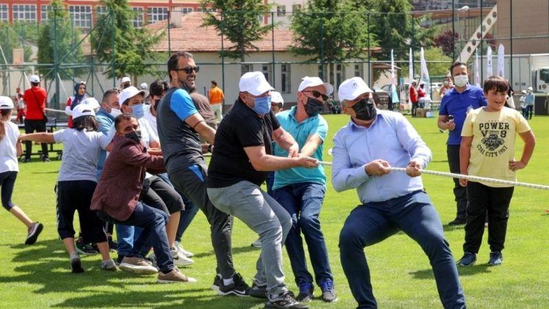 Başkan Savran, Simya kolejinde olduğu gibi Babafest'te de halat çekme yarışına katıldı ve burada halat kopmamıştı.